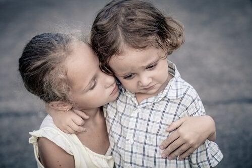 ağlayan kardeşini teselli eden abla