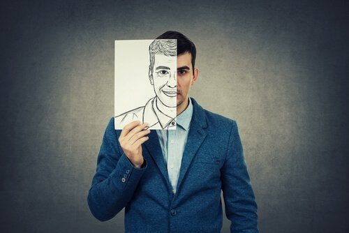 adam elinde kendi yüzünün resmini tutuyor