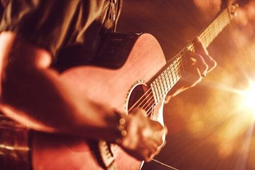adam gitar çalıyor