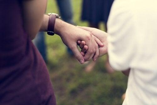 adam ve kadın el ele