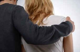 adam kadının omzuna elini koymuş