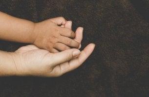 annesinin elini tutan çocuk