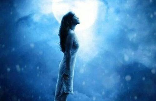 ay ışığında kadın