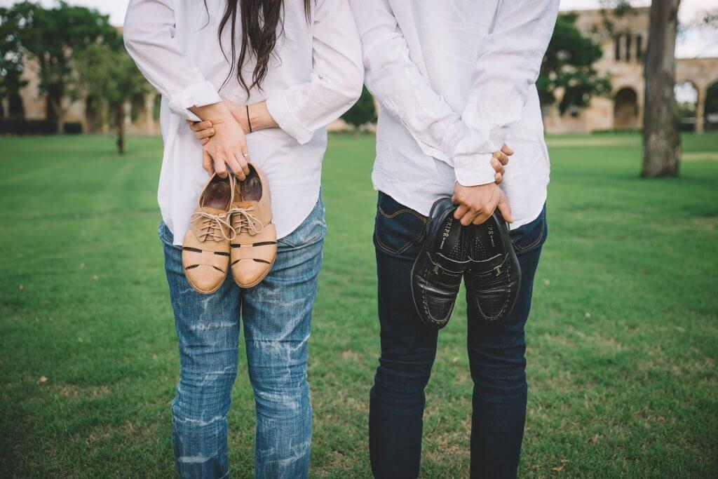 ayakkabıları arkada çift