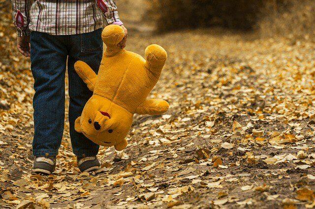 çocuk elinde oyuncak ayı