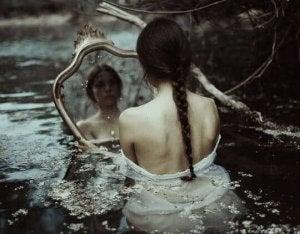 suda aynaya bakan kadın