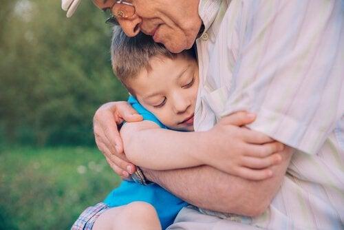 büyükbaba ve torunu sarılıyor