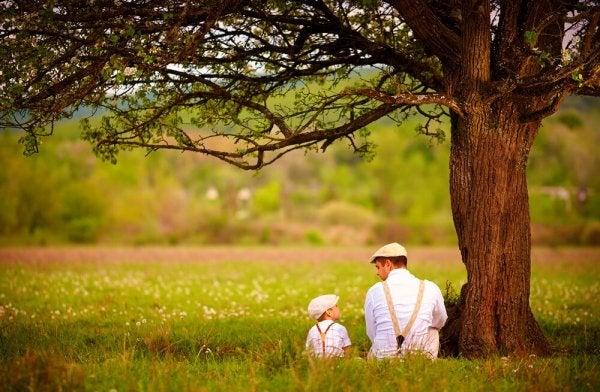ağaç altında konuşan baba oğul