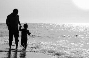 baba ve çocuk deniz kıyısında eğleniyor