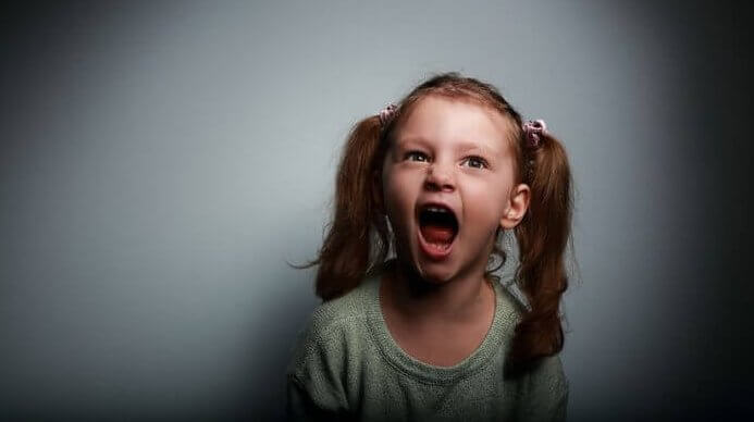 bağıran kız çocuğu