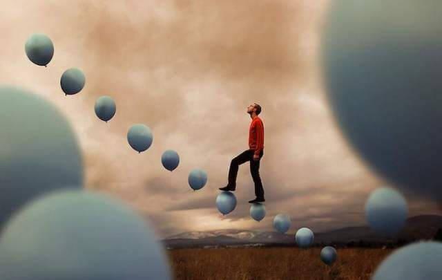 adam balonlu merdivende
