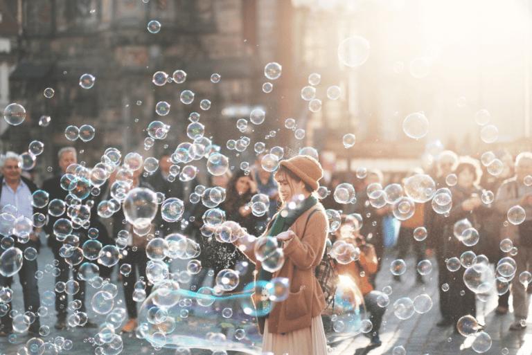 sokakta baloncuklarla oynayan kadın