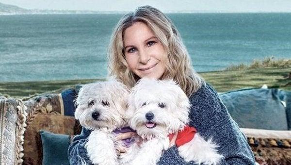 köpeklerine sarılan kadın