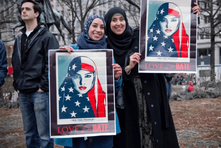 başı kapalı kadınlar protesto ediyor