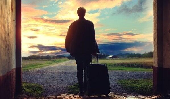 bavulunu almış yola çıkan adam
