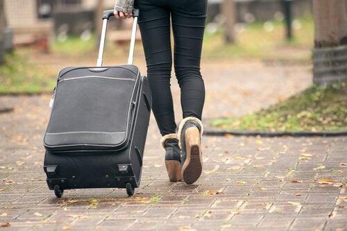 bavulla yürüyen kadın