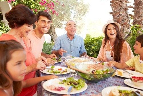 beraber yemek yiyen aile