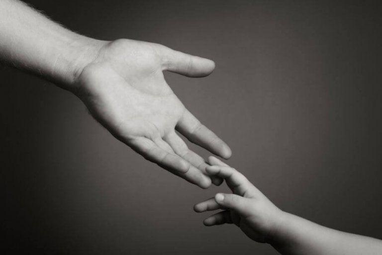 çocuğun elini tutan yetişkin