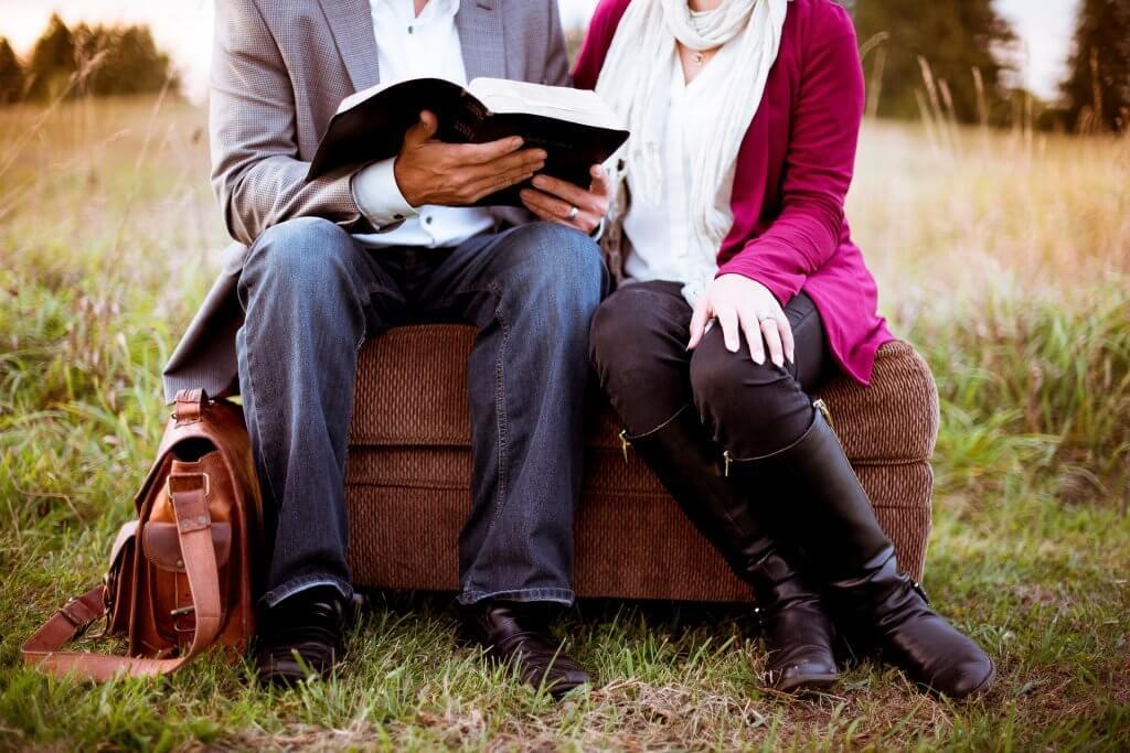 birlikte kitap okuyan çift