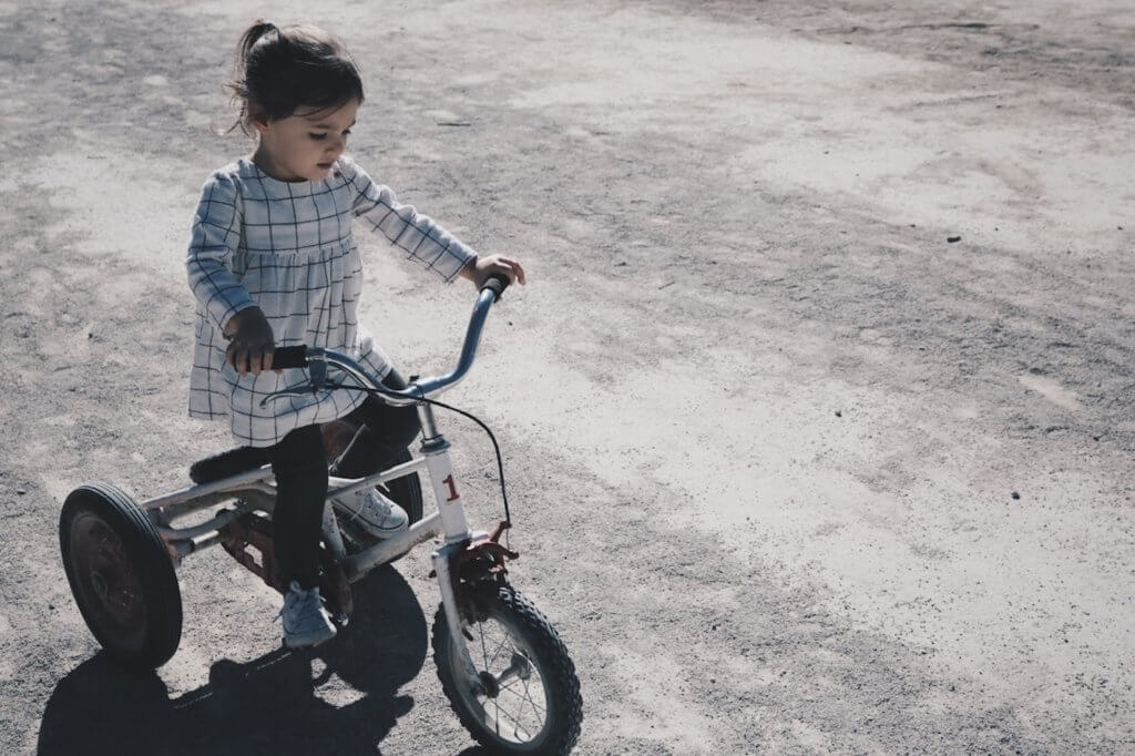 bisiklet süren küçük kız çocuğu