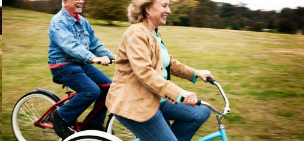 bisiklete binen yaşlı çift