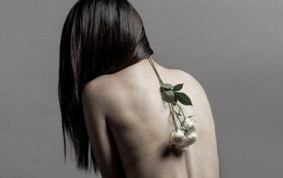 omurgasından çiçek sarkan kadın