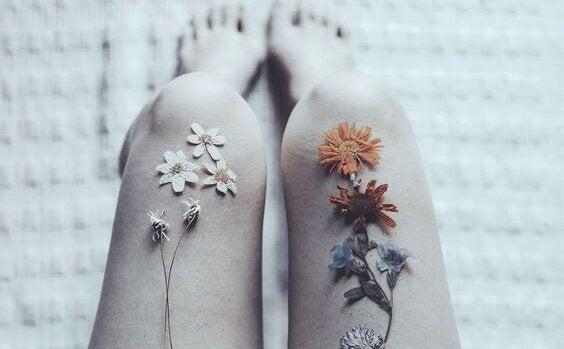 bacaklarda dizilmiş çiçekler