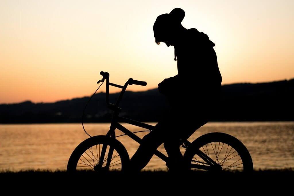 bisiklete binen çocuk