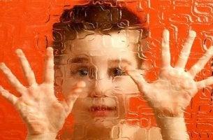 çocuk ellerini cama koymuş