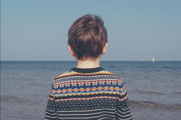 çocuk denize bakıyor