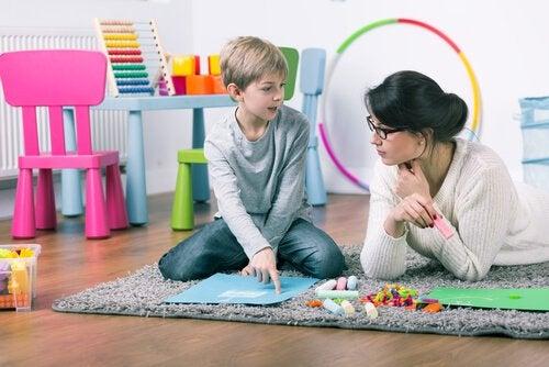 çocuk kreşte öğretmeni ile öğreniyor