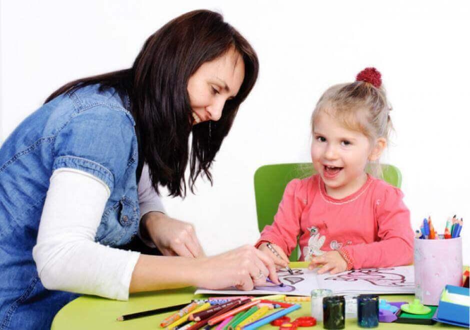 çocuk resim yapıyor