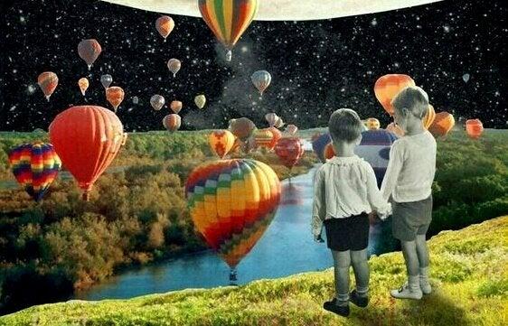 çocuklar nehrin üzerindeki balonları izliyor