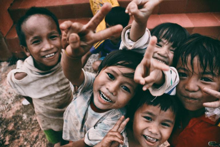 çocuklar mutlu mesut poz veriyor