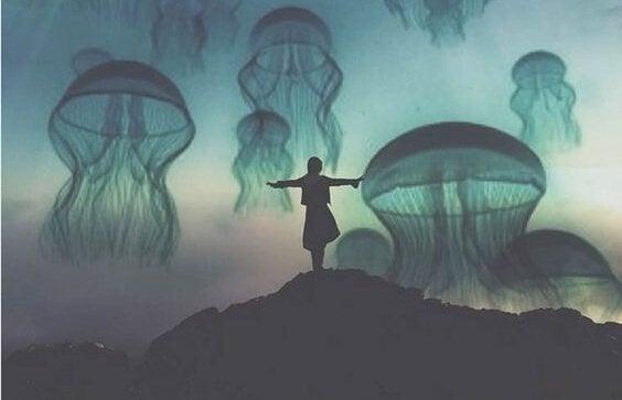 kadın ve gökyüzünde deniz anaları