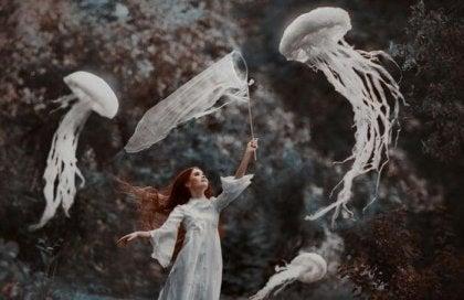 bulut gibi deniz analarını avlayan kadın
