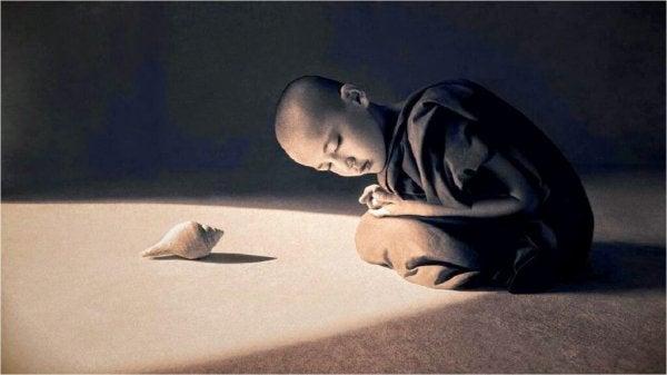 deniz kabuğunu dinleyen çocuk