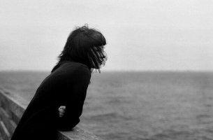 denize-bakan-kadin-siyah-beyaz