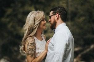 dövmeli kadın ve adam sevgili