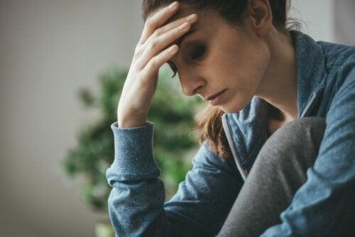 düşünen üzgün kadın