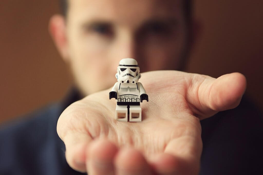 elinde oyuncak tutan adam