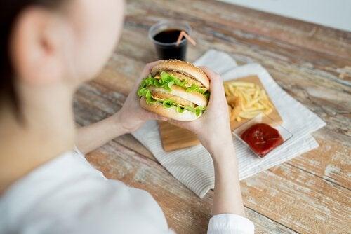 fast food yiyen kadın