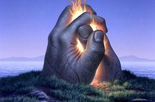 ateşle tutuşan taş eller