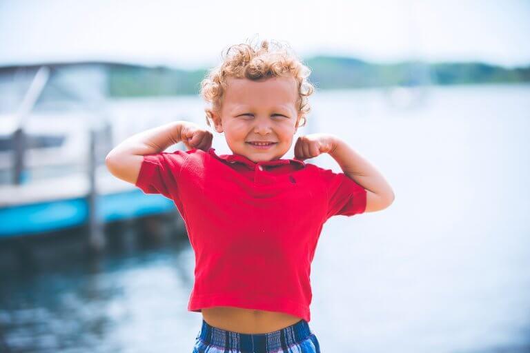 sarışın çocuk güçlü pozu veriyor