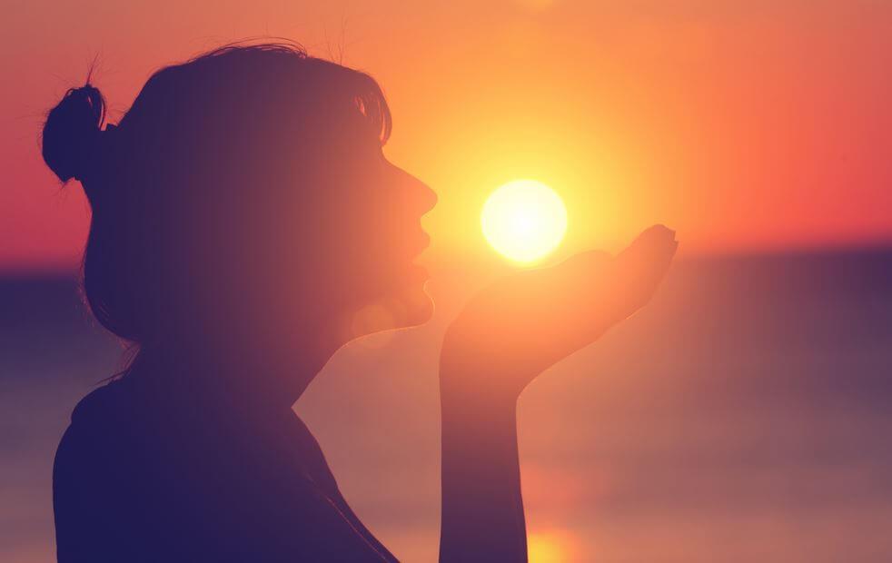 güneş tutan kadın silüeti