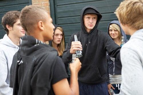 dışarıda toplanmış gençler