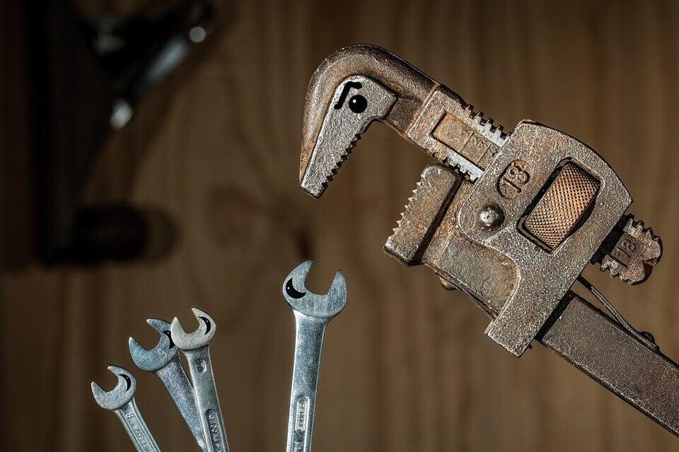 ingiliz anahtarı diğer aletlere kızgın