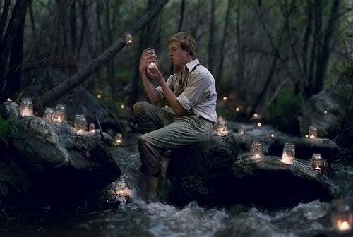 ormanda ışıklar ve adam