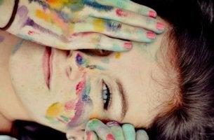 kadın resim yapıyor
