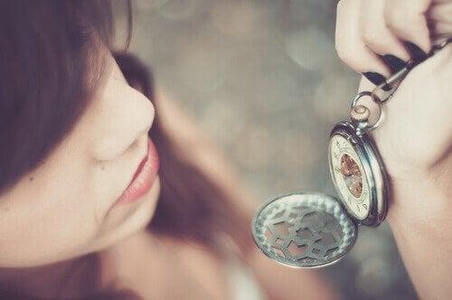 kadın cep saatine bakıyor
